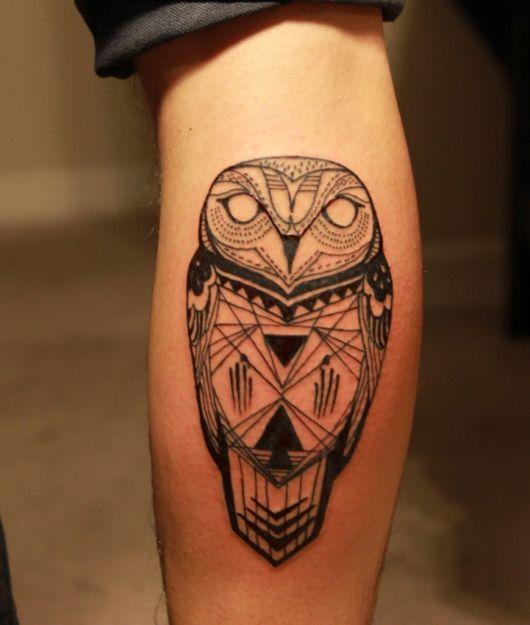 Tatuagem geométrica de uma coruja feita na panturrilha
