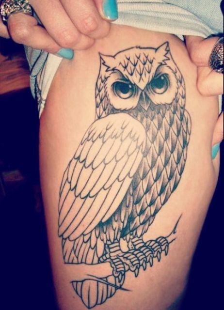 Tatuagem na coxa de uma mulher com uma coruja simples vista de lado