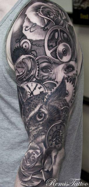 Tatuagem de uma coruja em meio a muitas engrenagens e relógios cobrindo o braço inteiro de um homem