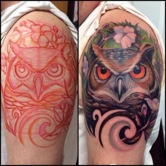 Foto da tatuagem no ombro de um homem com o rosto de uma coruja colorida de pelo marrom e olhos alaranjados.