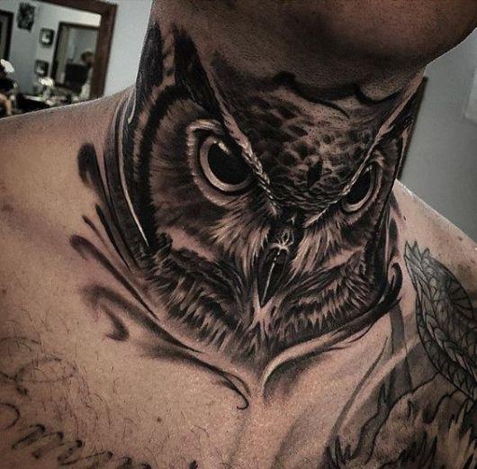 Tatuagem do rosto de uma coruja em preto e branco feita no pescoço de um homem