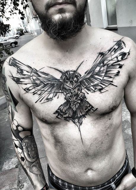 Tatuagem no peito de um homem com o desenho de uma coruja de asas abertas que parece o esboço de um desenho
