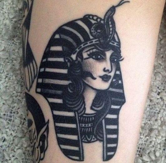 Tatuagem simples da cabeça de uma deusa egípcia feita em preto e branco.