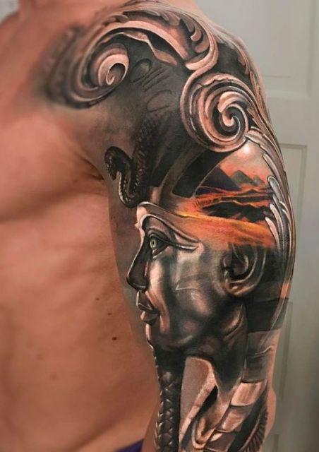 Tatuagem realista de uma esfinge vista de perfil.