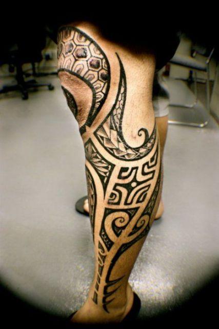 Tatuagem maori que vai desde a parte mais baixa da perna até o joelho.