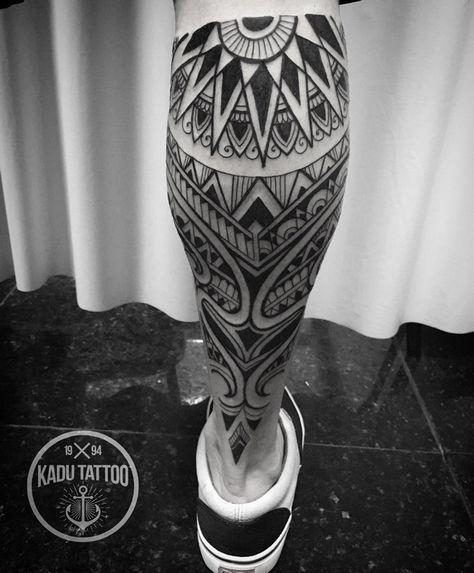 Tatuagem na panturrilha de símbolos maori agrupados com uma mandala no topo