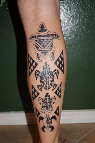 Tatuagem maori na perna muito  simples com o desenho de quatro tartarugas, cada uma maior que a outra.
