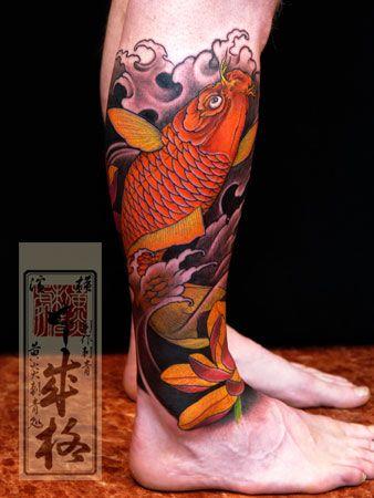 Tatuagem na canela de uma carpa nadando em águas agitadas com flores perto dela.