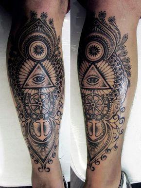 Tatuagem na panturrilha com o desenho de diversos símbolos interligados como um triângulo com um olho no meio, um mastro e uma âncora.