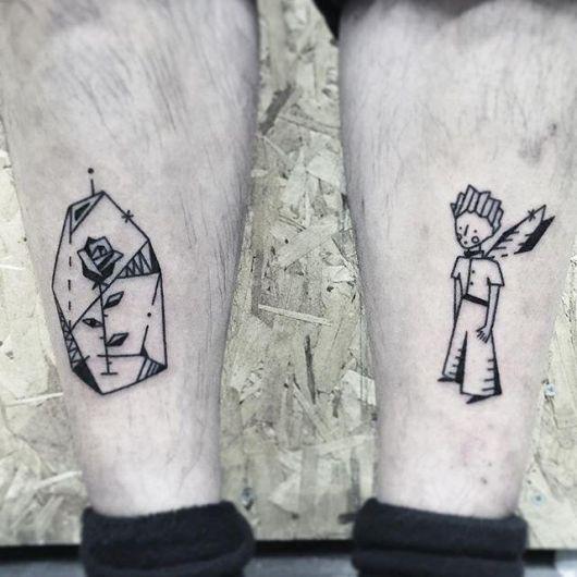 Duas tatuagens, uma em cada panturrilha. Em uma vemos o Pequeno Príncipe e na outra vemos a Rosa que ele gosta.