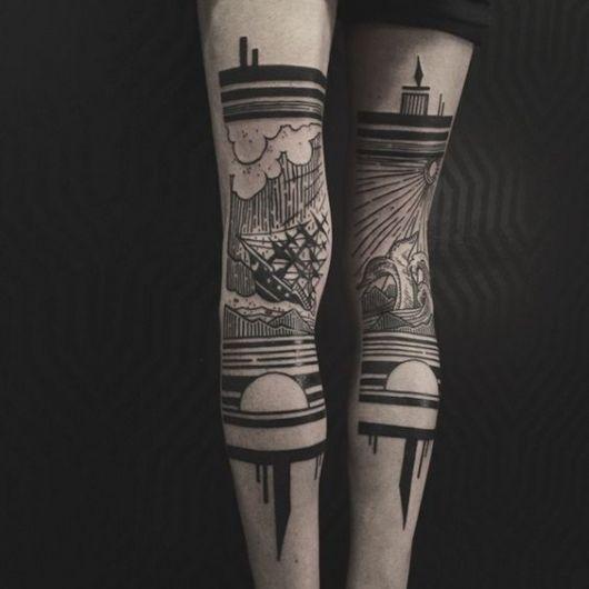 Duas tatuagens na perna que se complementam formando uma paisagem.