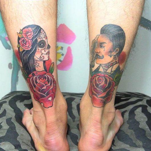 Duas tatuagens, uma em cada panturrilha.  Em uma há uma mulher com o rosto pintado e na outra um homem olhando para ela enquanto fuma um cachimbo.