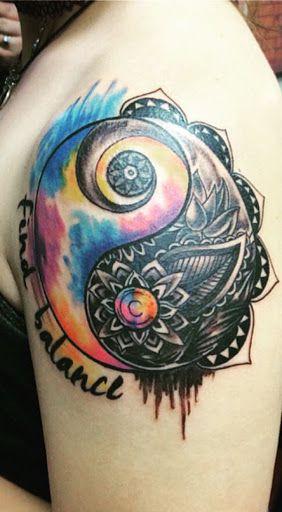 Tatuagem de aquarela do Yin Yang, com um lado colorido e outro escuro.