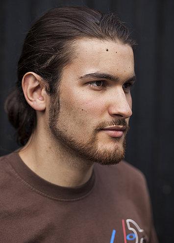 Linhas retas na barba bem desenhada