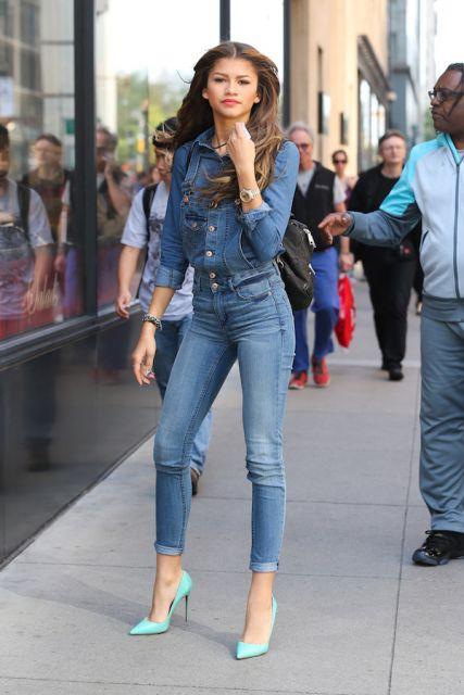 Modelo veste calça jeans azul, camisa de jeans escuro e scapin verde agua.