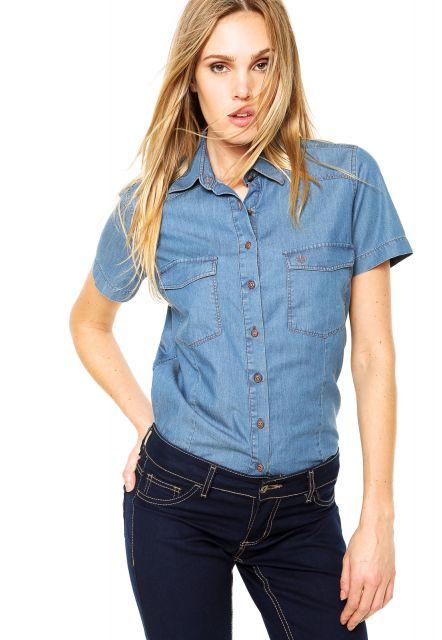 Modelo usa calça jeans azul escuro, camisa jeans na cor azul claro manga curta.