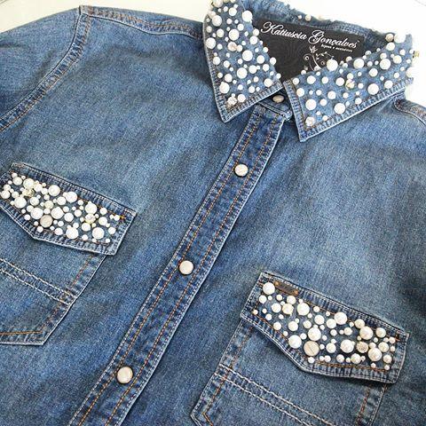 Modelo de camisa jeans na cor azul claro com bordados de pérolas na gola e nos bolsos.