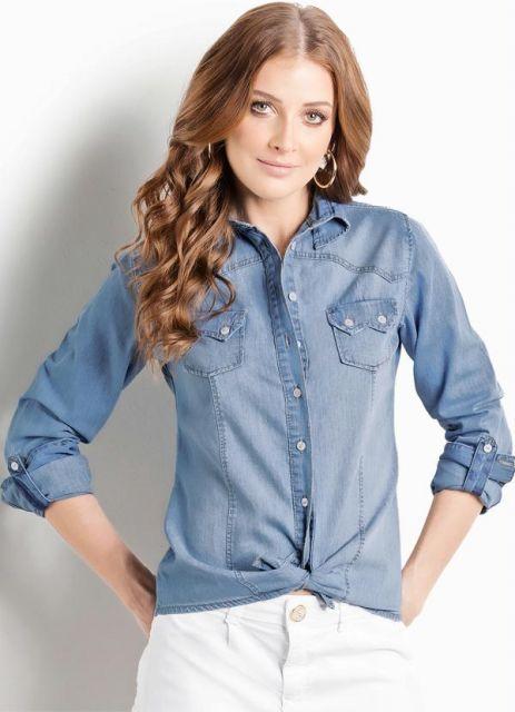 Modelo usa short jeans branco com camisa jeans manga longa azul.