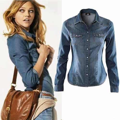 Modelo usa bolsa tranversal caramelo, calça jeans azul , camisa jeans azul escuro.