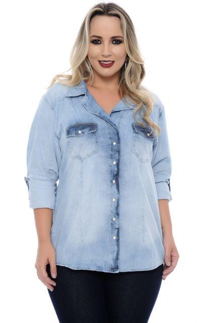 Modelo usa calça preta jeans e camisa jeans clara em tons de azul.