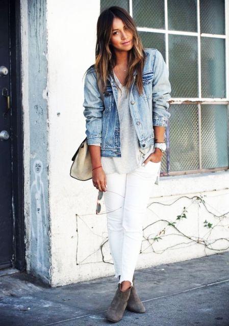 Modelo veste calça branca, bolsa nude, botinha marrom e blusa cinza com camisa jeans clara.