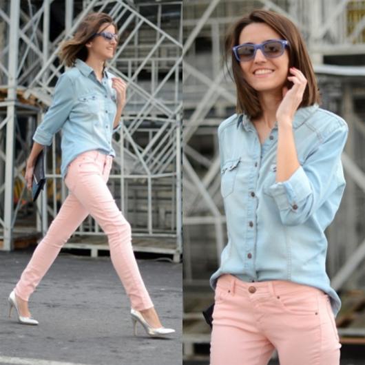 Modelo usa calça rosê, scarpin branco, camisa jeans azul e calça rosa claro.