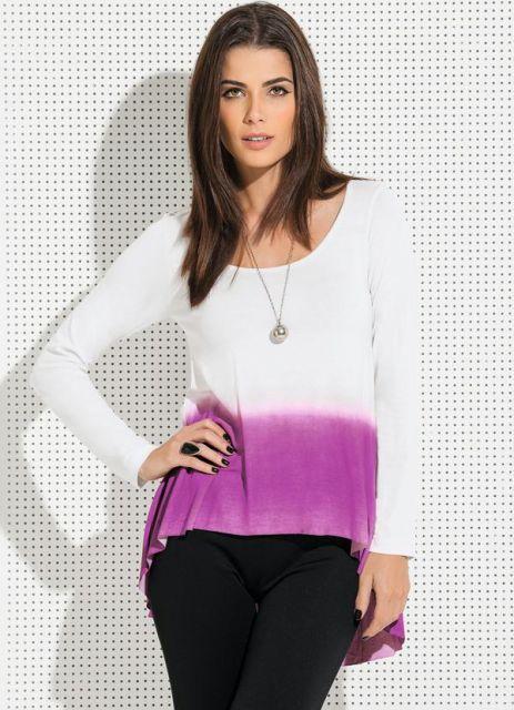 Modelo usa calça preta e blusa rosa com branco tie dye.
