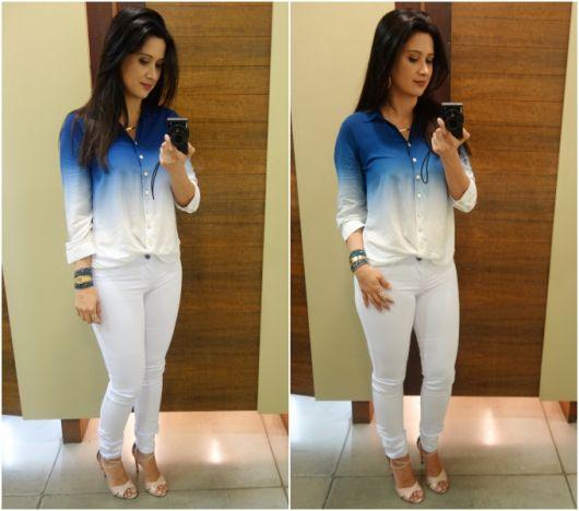 Modelo usa calça jeans branca, camisa tye dye azul e branco e sapato nude.