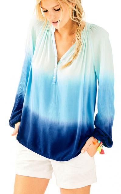 Modelo usa shorte branco de alfaiataria branco com camiseta tie dye branco azul marinho e mais claro.