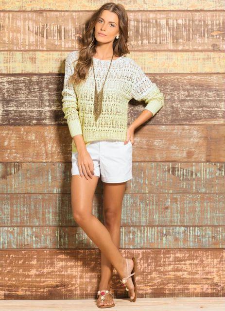 Modelo usa blusa tie dye, branca com amrelo, bermuda branca e sandalia rasteira.