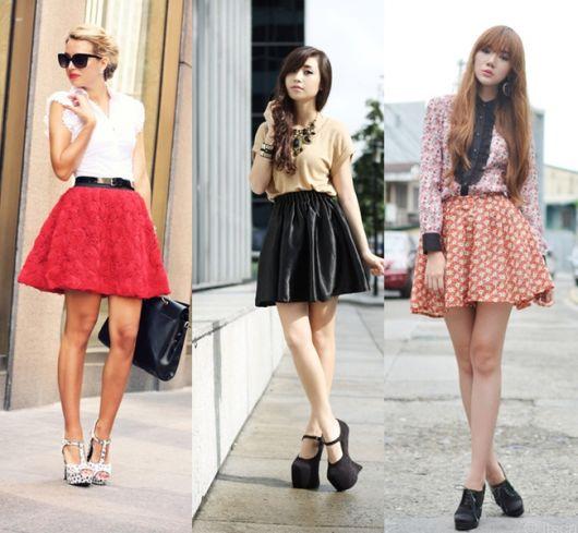 Modelos usam looks com saia rodada curta nas cores, preto, vermelho e estampado.