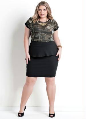 Modelo usa saia preta com sapato na mesma cor e blusa estampada em tons de verde.