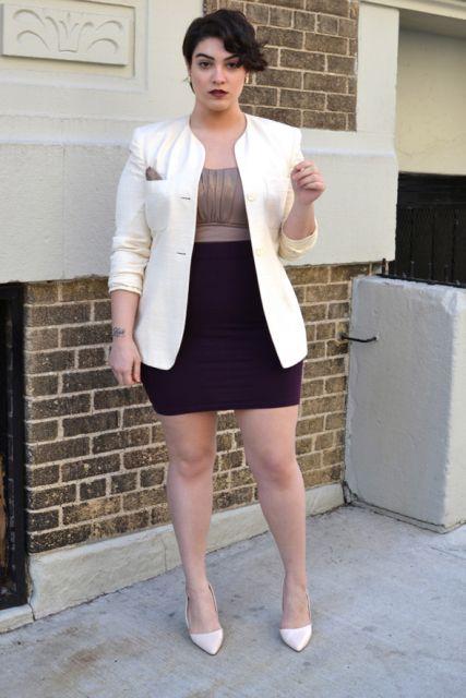 Modelo usa saia preta, blusa nude, blazer branco e scarpin na mesma cor.