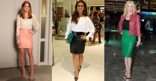 Modelos vestem looks com saias de couro curtas nas cores rosê claro, preto e verde.