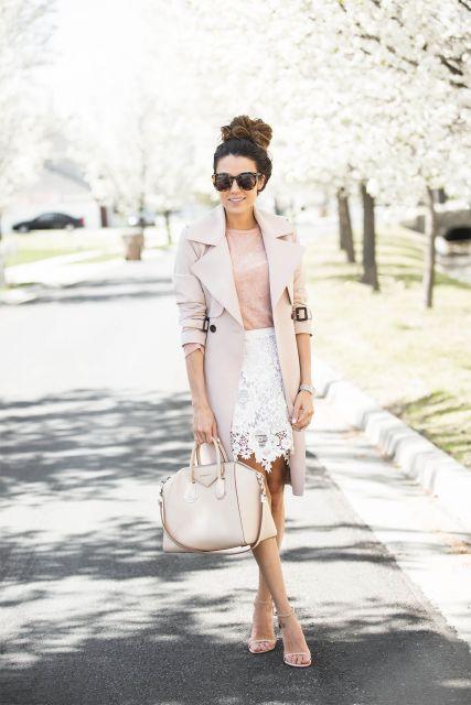 Modelo usa saia branca com blusa nude e casaco, bolsa nude sapato na mesma cor.