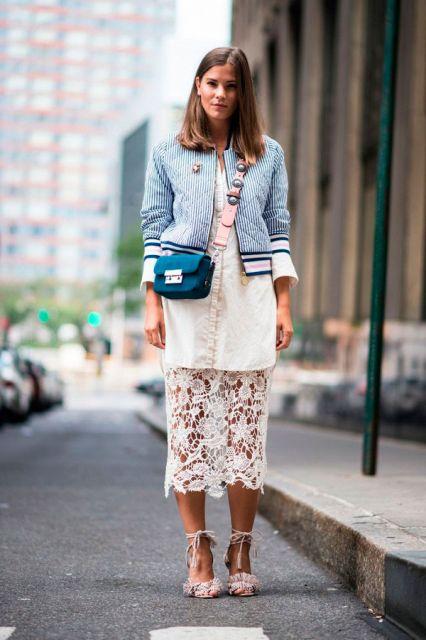 Modelo usa saia de renda branca com jaqueta e sapato com blusa na mesma cor.