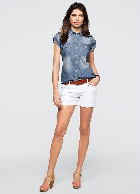 Modelo usa short branco com cinto caramelo, camisa jeans curta lavagem clara e sandália de salto.