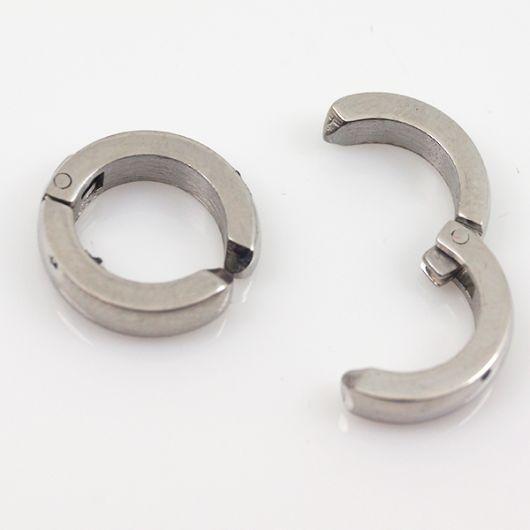 Foto em um fundo branco de dois brincos de argola; um aberto outro fechado.