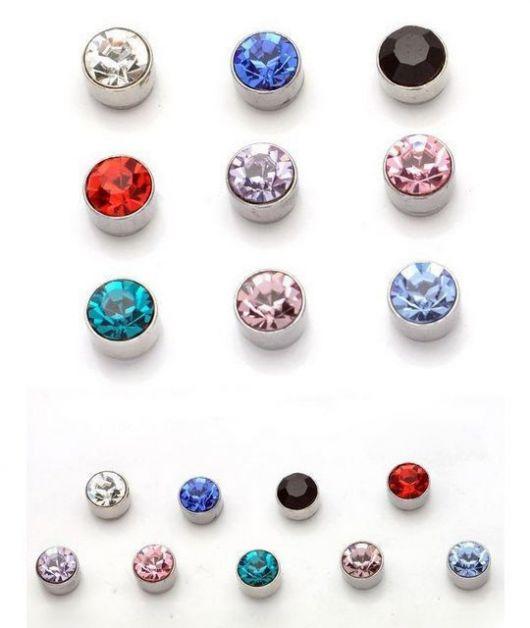 Foto de diversos brincos com pedras brilhantes de diferentes cores em um fundo branco.