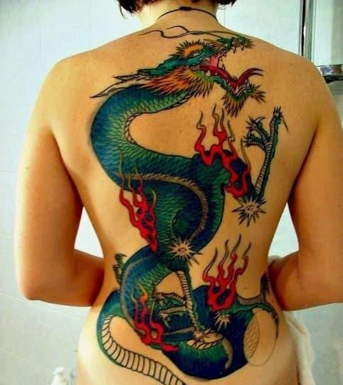 tatuagem de dragao feminina colorida cobrindo as costas