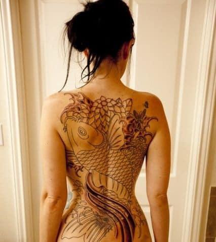 tatuagem feminina nas costas fechada