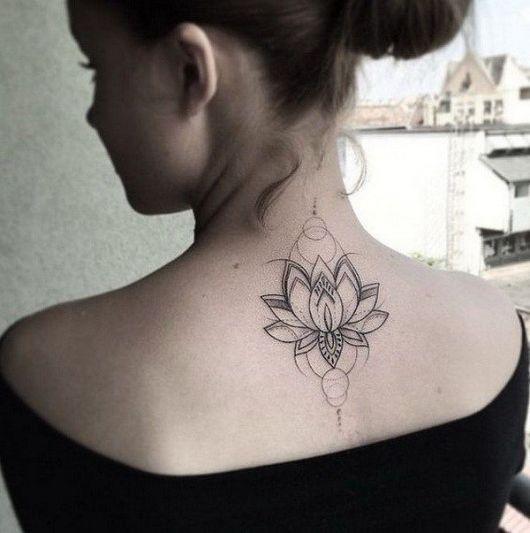 tatuagens femininas nas costas flor de lotus