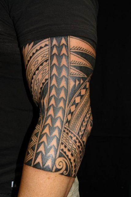 Tatuagem tribal completa no braço