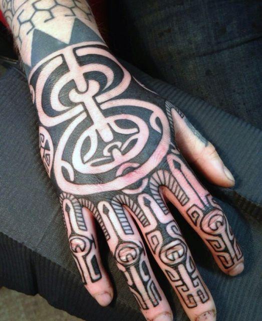 tatuagem tribal na mão