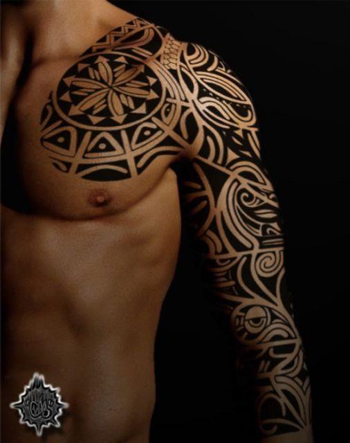 Tatuagem tribal no ombro e peito
