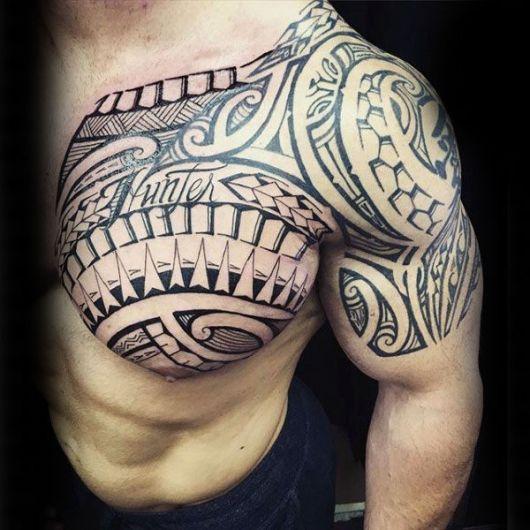 tatuagem tribal no ombro