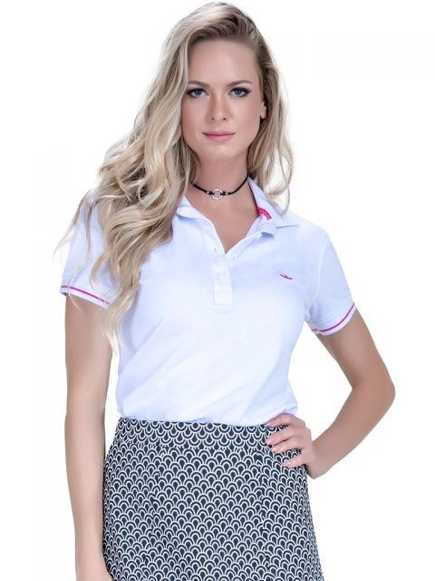 b6a69c3bff40f Modelo veste camiseta polo feminina com saia estampa em preto e branco.