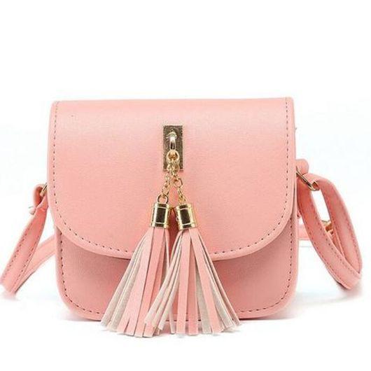Bolsa tiracolo com alça longa, com chaveiro de franjas na cor rosê.