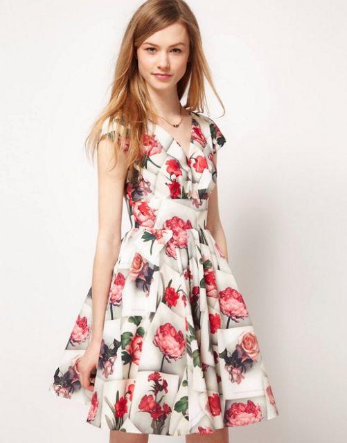 Modelo usa vestido gbranco com floral cor de rosa.