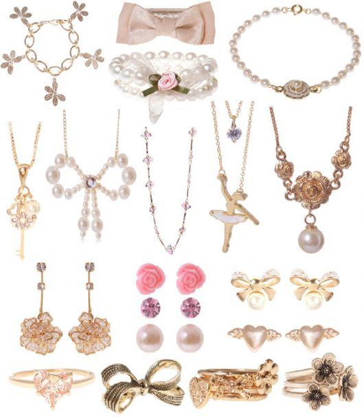 Montagem com modelos de colares, brincos diferentes.